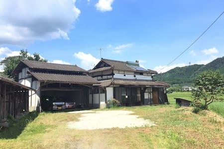 静かな田園風景から阿蘇の山々を眺める事が出来る古民家。山鹿市 - 山鹿市