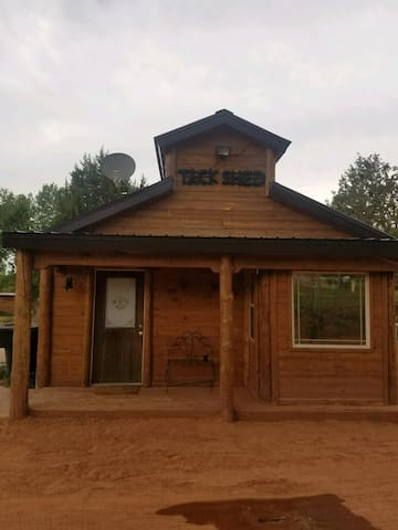 Cabin on 15 acres Nature Walk. Near Zions Park