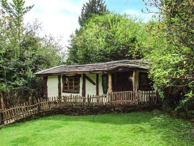 BROOKBANK FOLLY, character holiday cottage in Mitcheldean, Ref 6733
