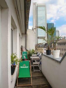 Der größte Balkon im Bahnhofsviertel! - Frankfurt - Apartamento