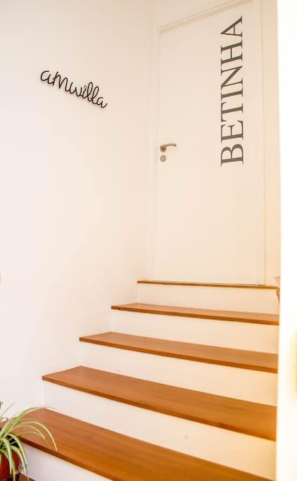 Escadas em madeira na entrada