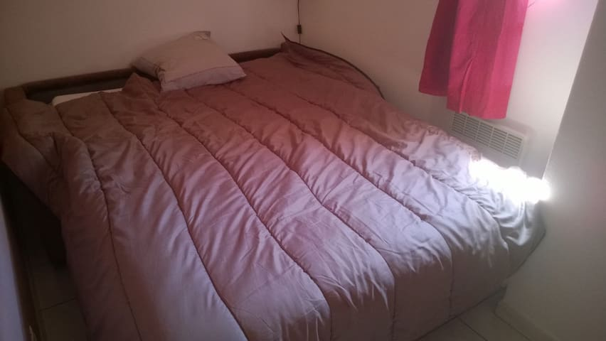 La chambre avec le lit installé
