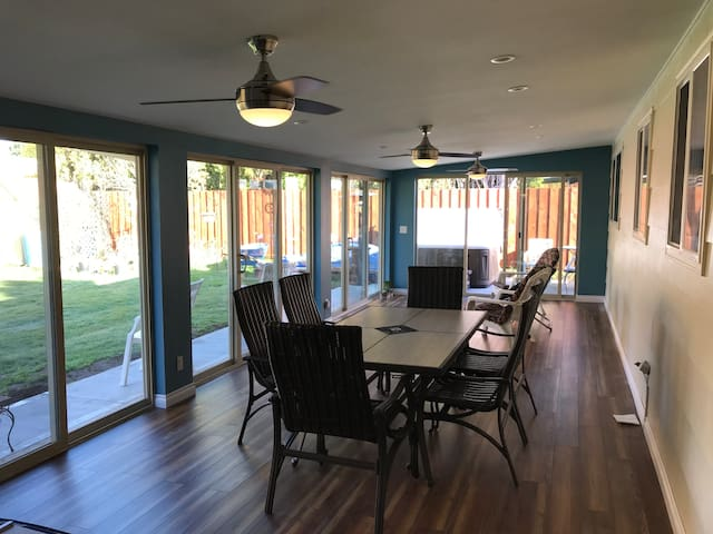 Smoke Free Beautiful Home close to PDX Room 1