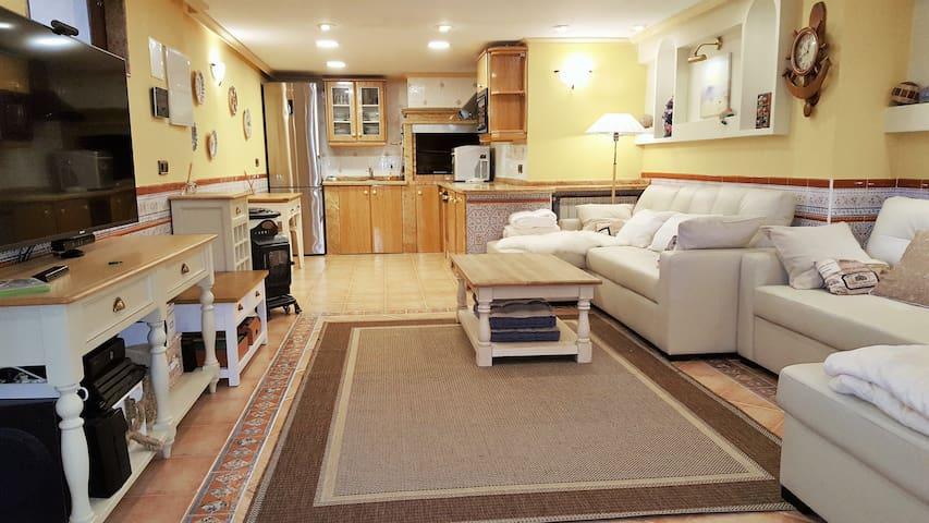 Salón del piso inferior. La zona de juegos y, al fondo, la segunda cocina.