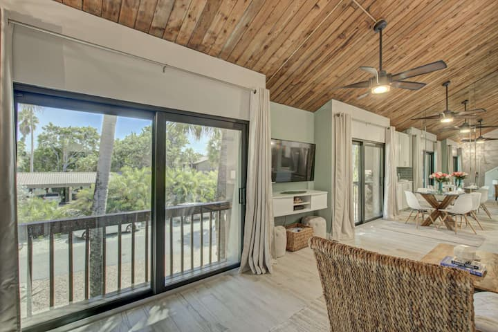Gulf Frontage complex, Private Pier, FISHING!, Renovated, 2 Master Suites, walk to village