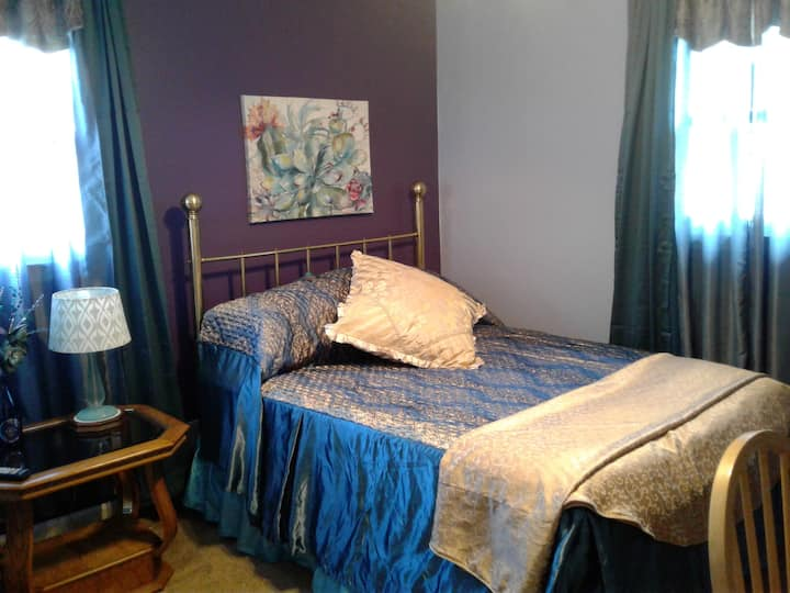 Colorful private room near Airport and Keeneland !
