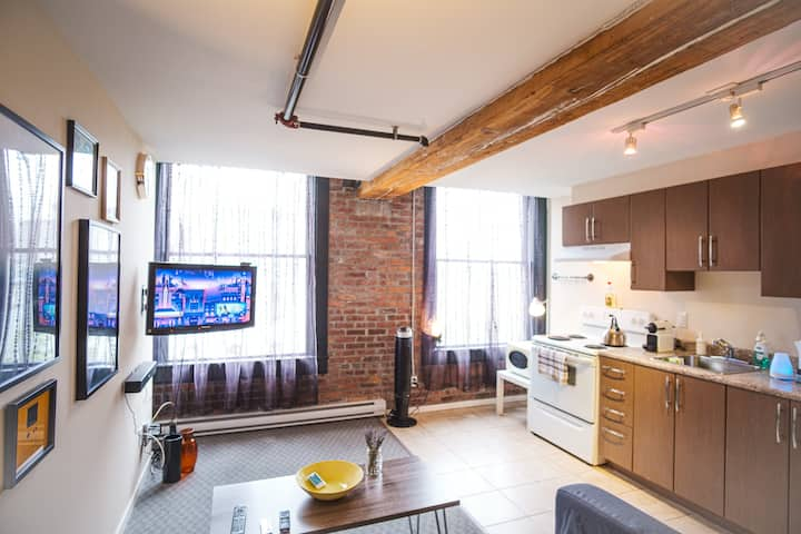 Historic Artistic & Cozy Gastown Apartment