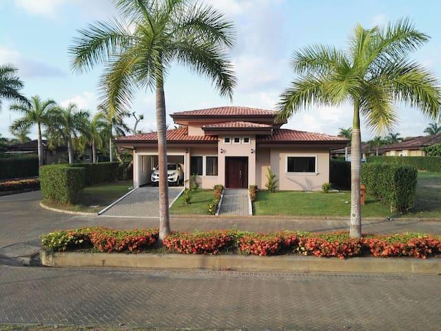 Casa amplia en playa - Bejuco