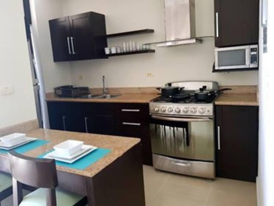 cocina, estufa, refrigerador, microondas.