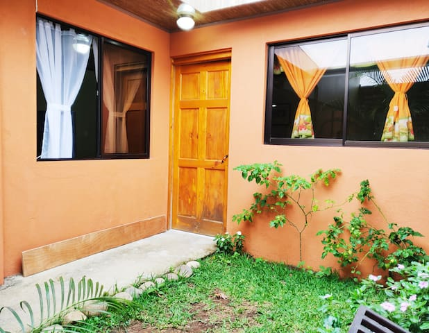 Mini APT, 10 mins from AIRPORT, BREAKST included.