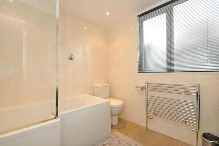 Pretty double room, 25mins from Central London - London - Haus