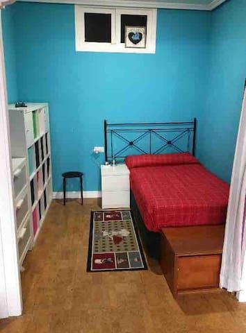 Habitación / salón todo junto (salón con puertas independientes al resto de la casa.