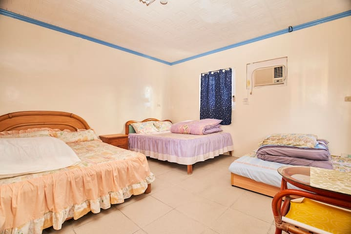 6人家庭好友房Simple 6-person room = 3 double beds 海霞您的家