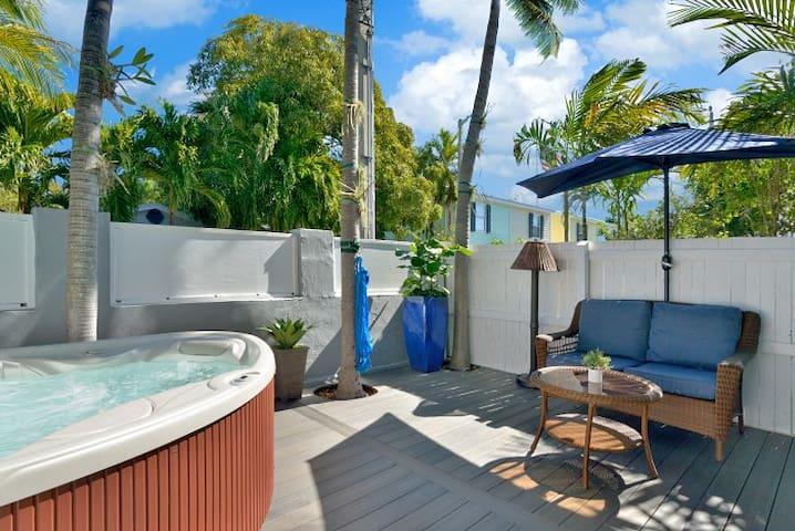 Honeymoon Hideaway, King bed, Private Deck & Spa!