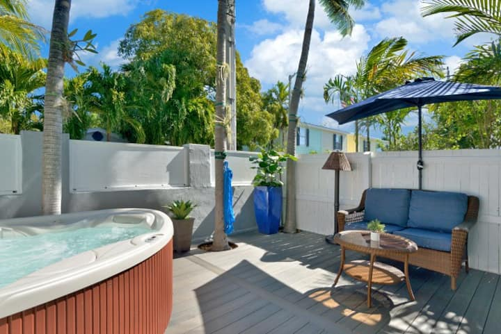 Honeymoon Hideaway, King bed, Private Deck & Spa!