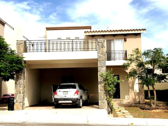 Villa just 7 min away from the Beach and Downtown!