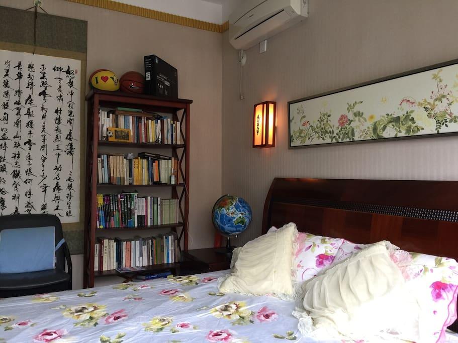 这是一间带独立空调和电脑卓椅的豪华大床房,适合1至2个人居住。