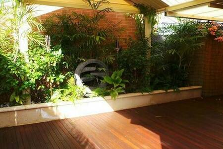 Cosy room with queen bed + birs - Balcatta
