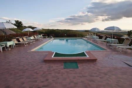 """Il Melograno"" apartment with pool - Asciano - Bed & Breakfast"