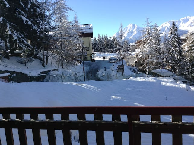 Comfortable flat 50m from the ski slopes
