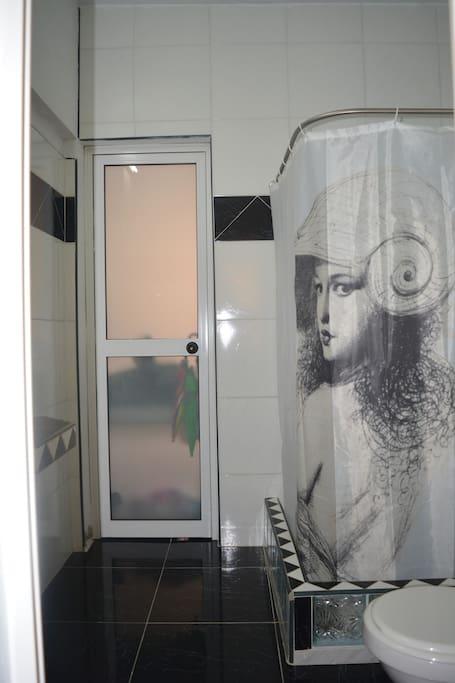 Baño de la habitacion 2,el cual tiene agua fria y caliente,con buena presion las 24 horas del dia.