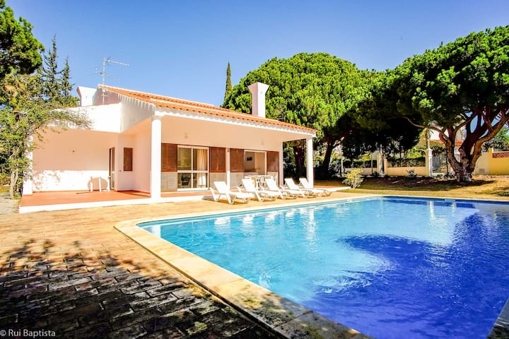 """Beautiful Villa """"Vale do Lobo"""" with Wi-Fi, Terrace & Pool; Parking Available"""