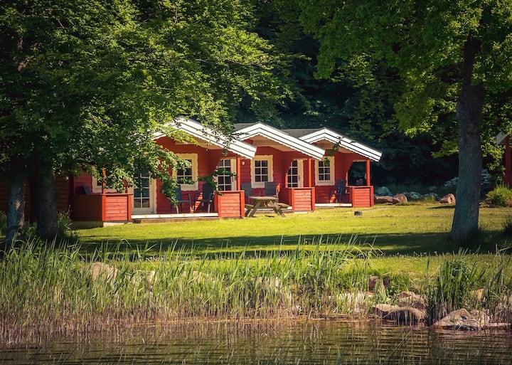 Hytte ved sø, omgivet af idyllisk natur. 5 senge