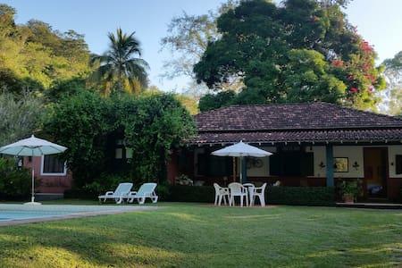 Fazenda Contorno, casa rural com piscina e caseiro - Três Rios - 小木屋