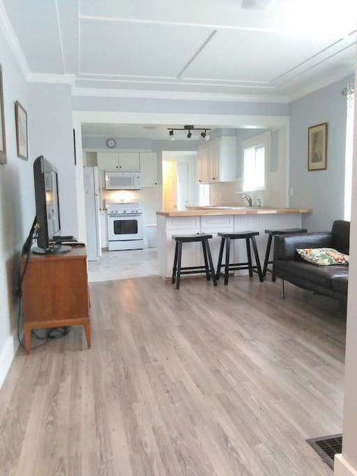 Open floor plan, eat in kitchen, kid/pet friendly