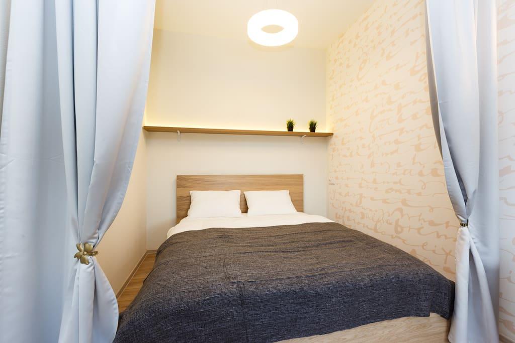 Зона спальни с удобным, пружинным матрасом, с двумя видами подушек, на выбор а так же хорошее, постельное белье чтобы ваш сон был комфортным.