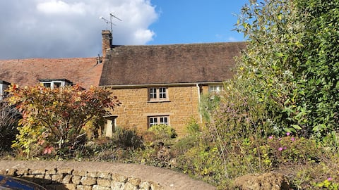 Cotswolds Cottage with Wood Burning Stove & BBQ