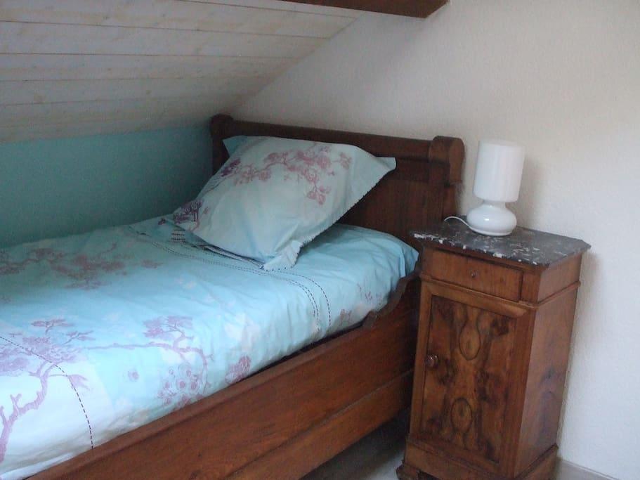 Un des lits de la mezzanine
