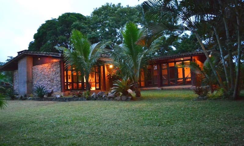 Casa ampla com muito verde em Maranduba, Ubatuba. - Maranduba - Ev