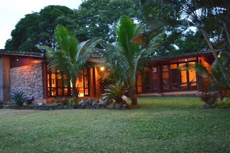 Casa ampla com muito verde em Maranduba, Ubatuba. - Maranduba