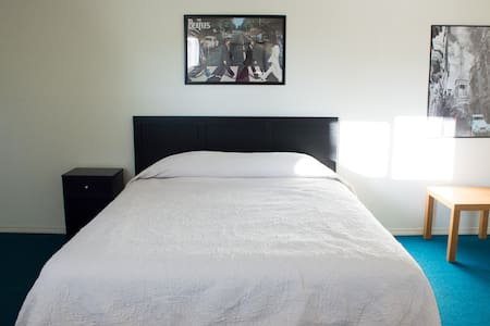 Private Large Room, queen size bed