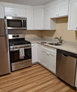 Sweet 1BR with Parking steps from Union Square.