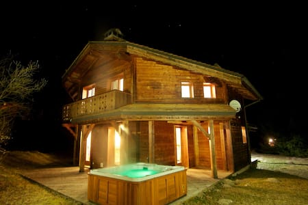 Chalet Lea, La Tania Escape with Hot Tub