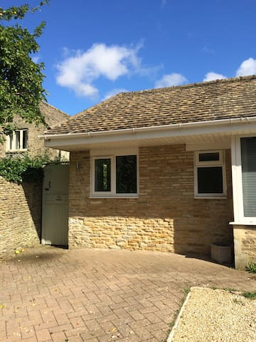 Self-Contained Equipped Cotswolds Studio + Garden
