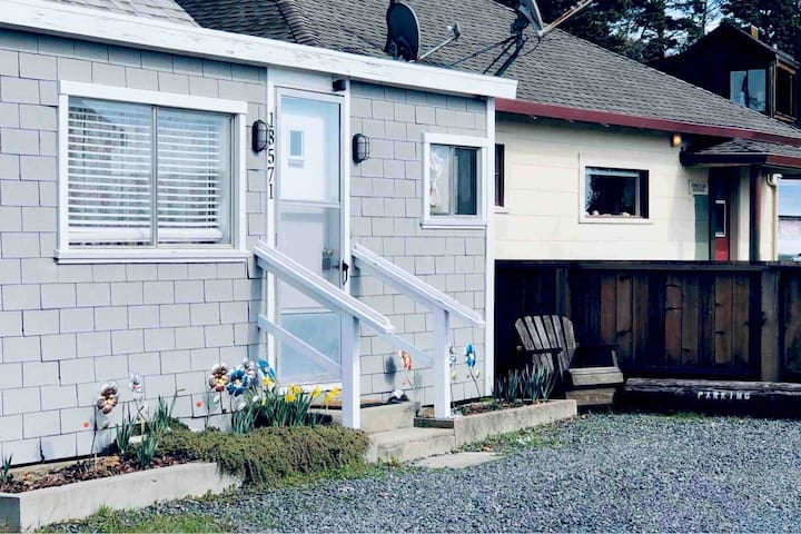 Cottage on Tomales Bay~ super cute and cozy!