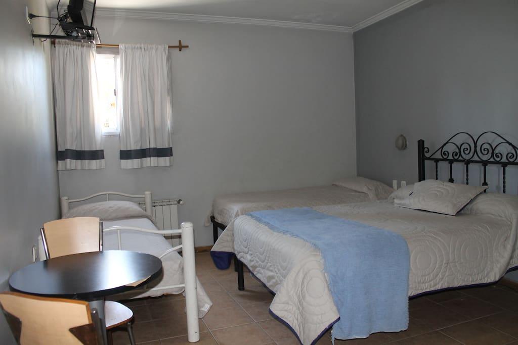 Hab. cuádruple con baño privado con ducha y secador de pelo, colchones con resortes/ Private room for four pax, with private bathroom with shower.