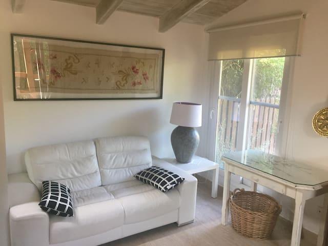 Sofá y mesa de trabajo
