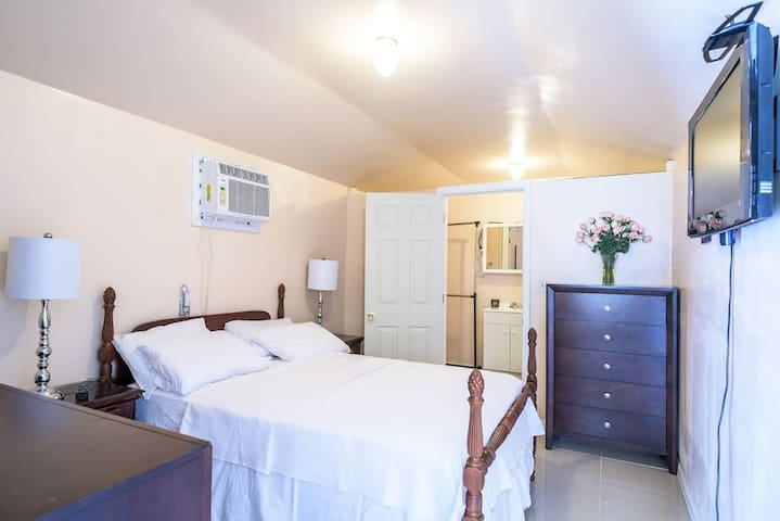 1 bedroom w/ Kitchen & Bathroom in Tiny GuestHouse - Hollywood - Casa de hóspedes
