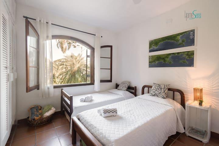Quarto com 1 beliche e 2 camas de solteiro - total 4 camas. Vista para a frente da casa