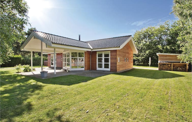 Holiday cottage with 3 bedrooms on 98m² in Højby