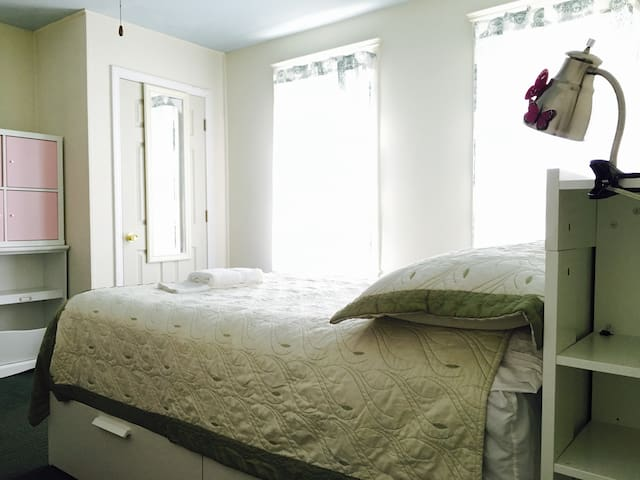 Lovely private bedroom at heart of Somerville - Somerville - Casa