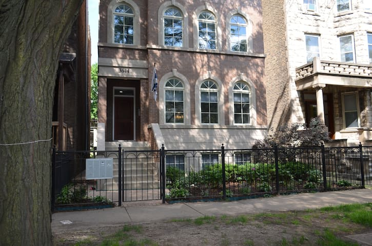 Private room on tree lined street in Lakeview