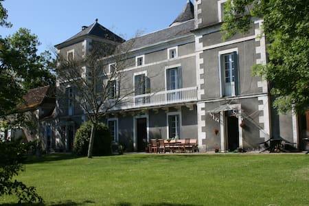 Chateau La Barge chambre Ponceau - La Boissière-d'Ans - Slott