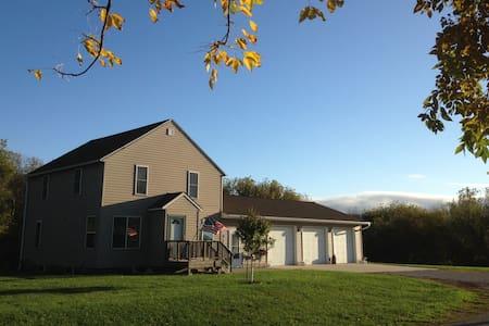 Country home/22 acres N of Mason City. Blair Creek - Mason City - 一軒家