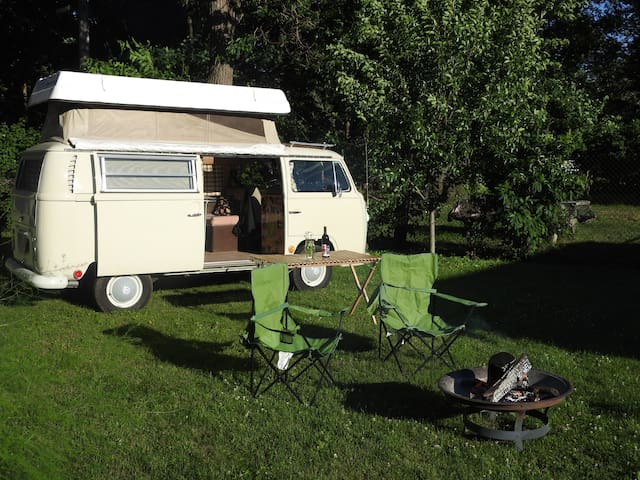 Vintage Volkswagen Camping in the City - Niles - Husbil/husvagn