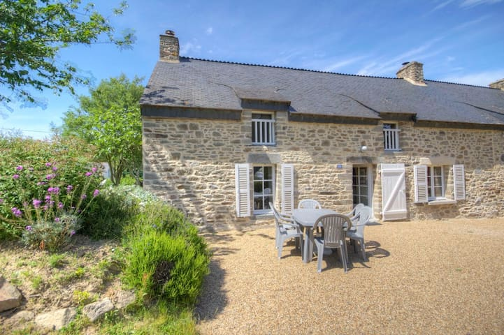 Typical Brittany Cottage in le Bas Limur